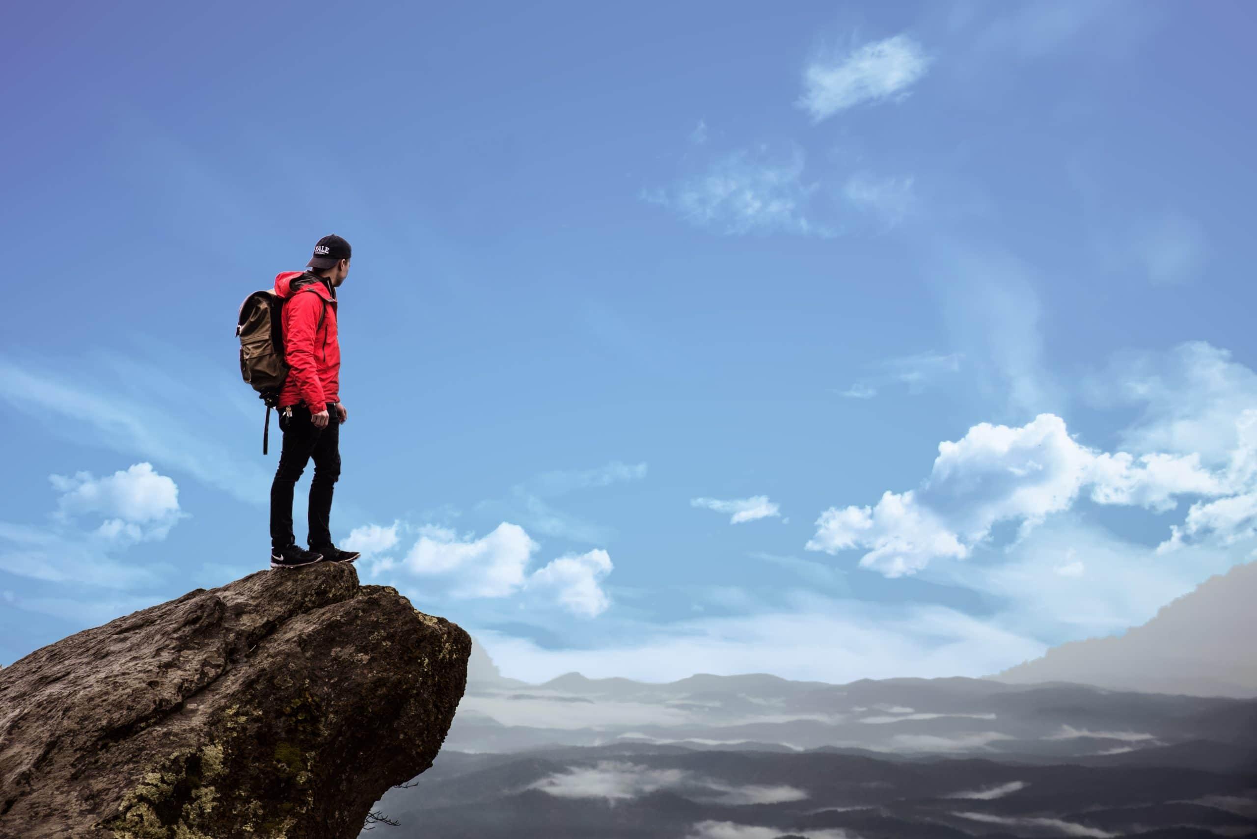 Man op top van een berg
