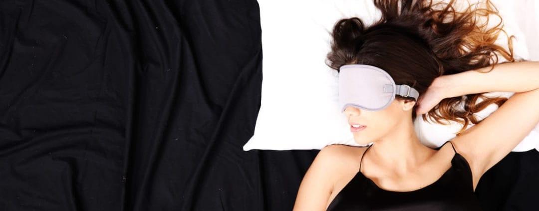 Slapende vrouw in bed